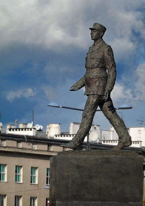 Charles-de-Gaulle-Statue