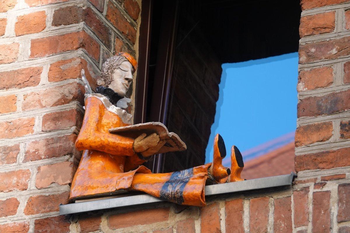 Figur im Fenster