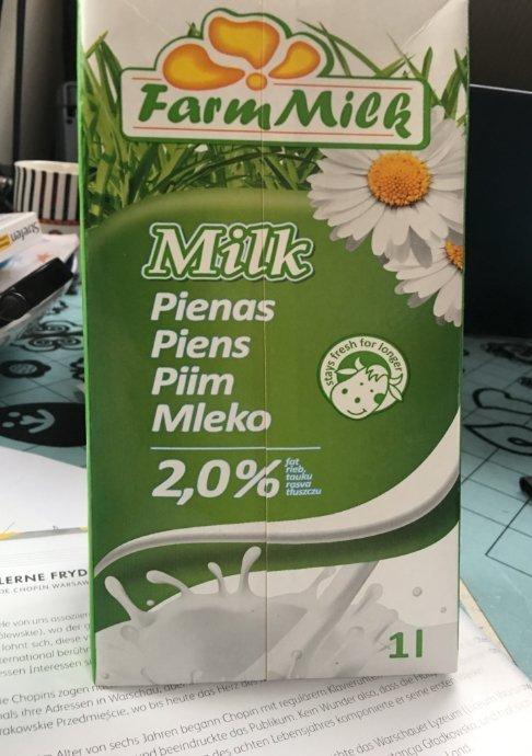 Fünf-sprachiger Milchkarton