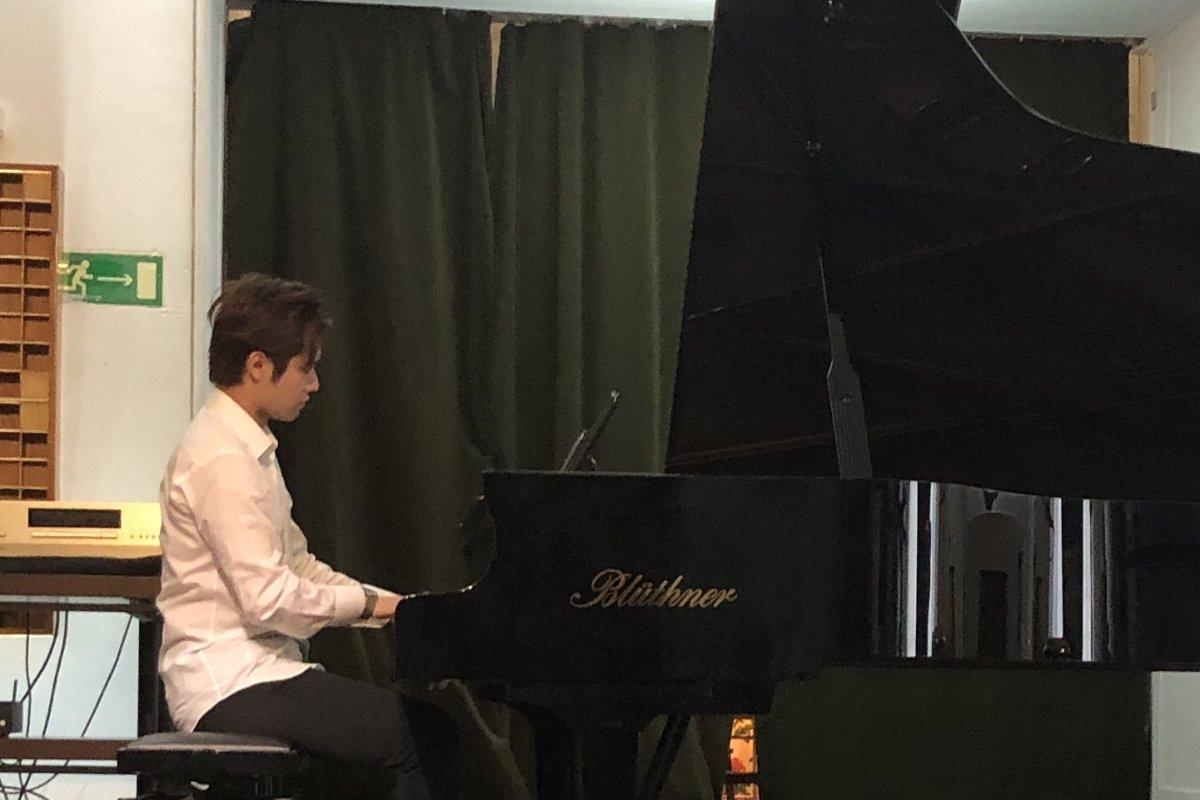 Der Piano Virtuose Toshiki Ishii spielt Chopin