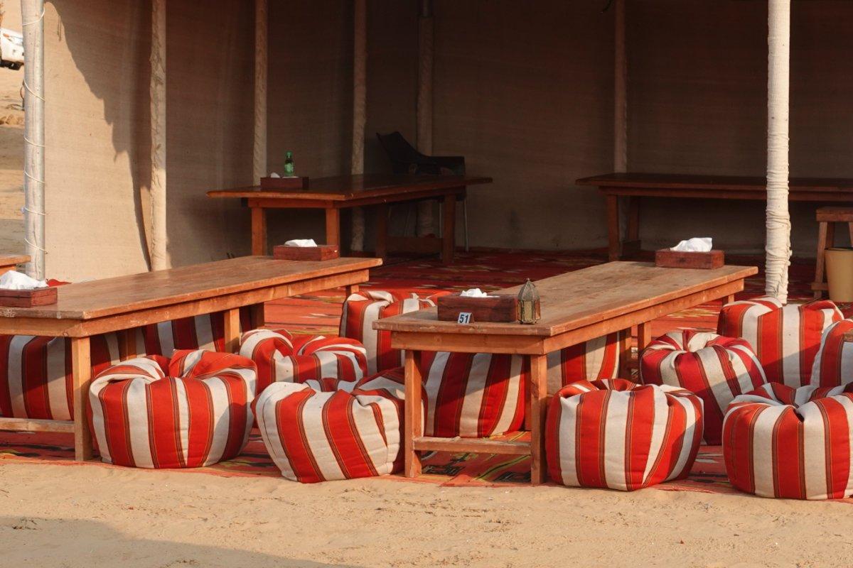 Die Tische und Stühle im Wüstenzelt