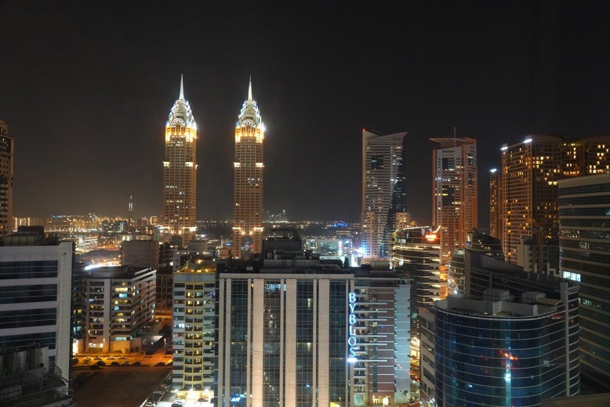 Dubai nächtliche Skyline, Blick vom Hotelfenster