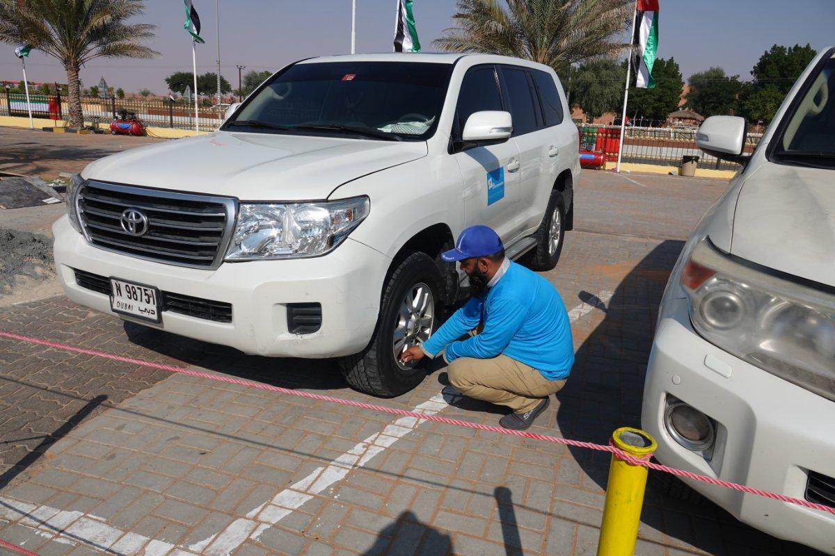 Unser Guide Faiz lässt die Luft aus den Reifen für die Wüstentour