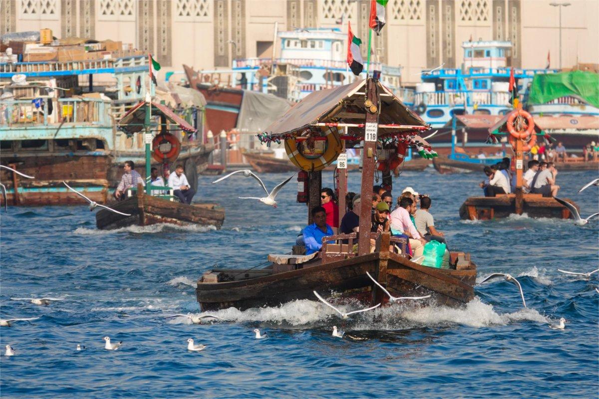 Gewimmel von Wasser-Taxis auf dem Fluss