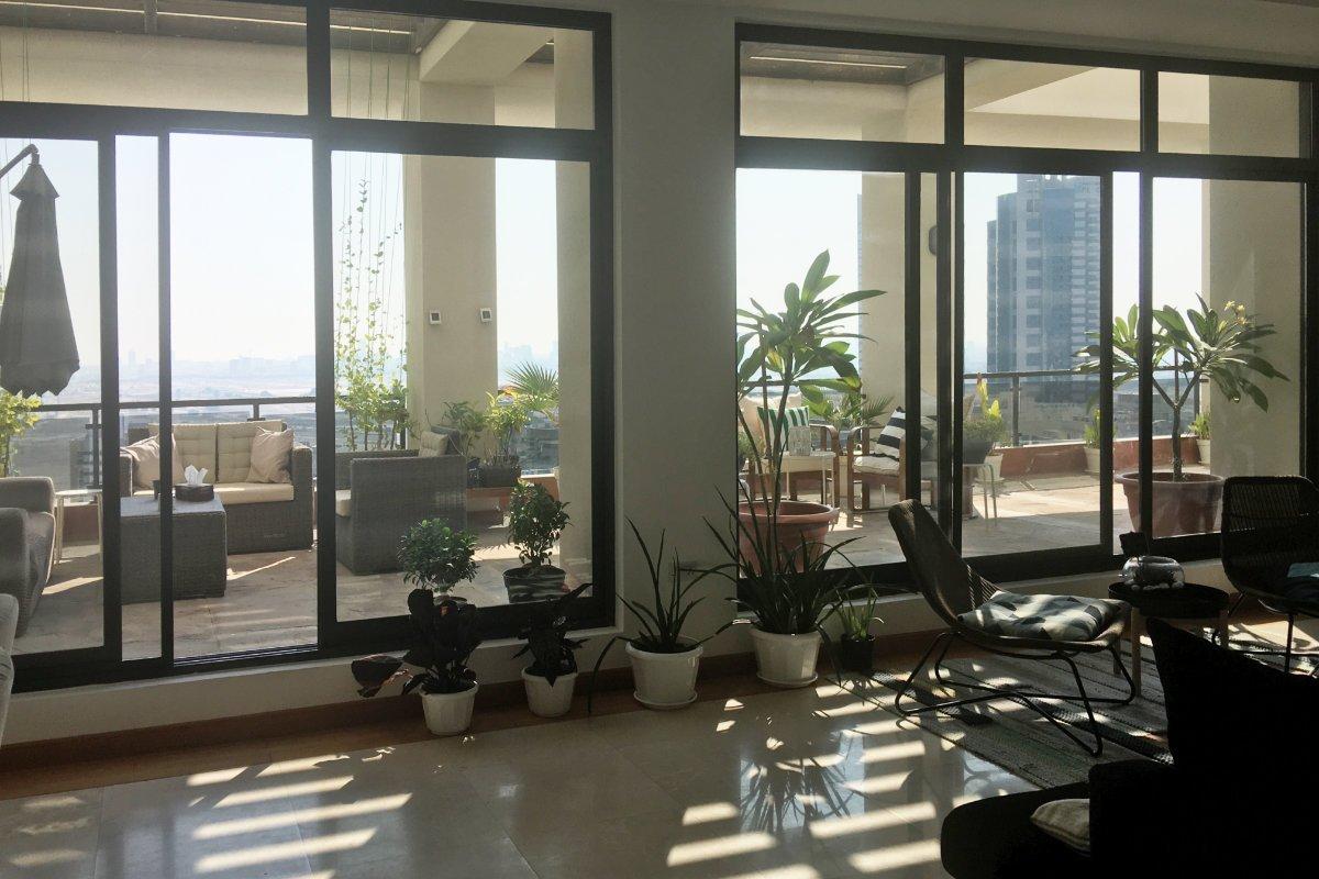Wohnzimmer mit Blick auf die Terrasse des Penthouses