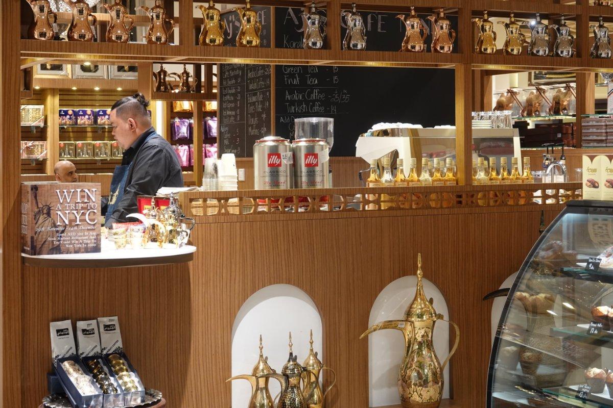 Das Café im Madinat Souk - in der Vitrine rechts leckere Muffins