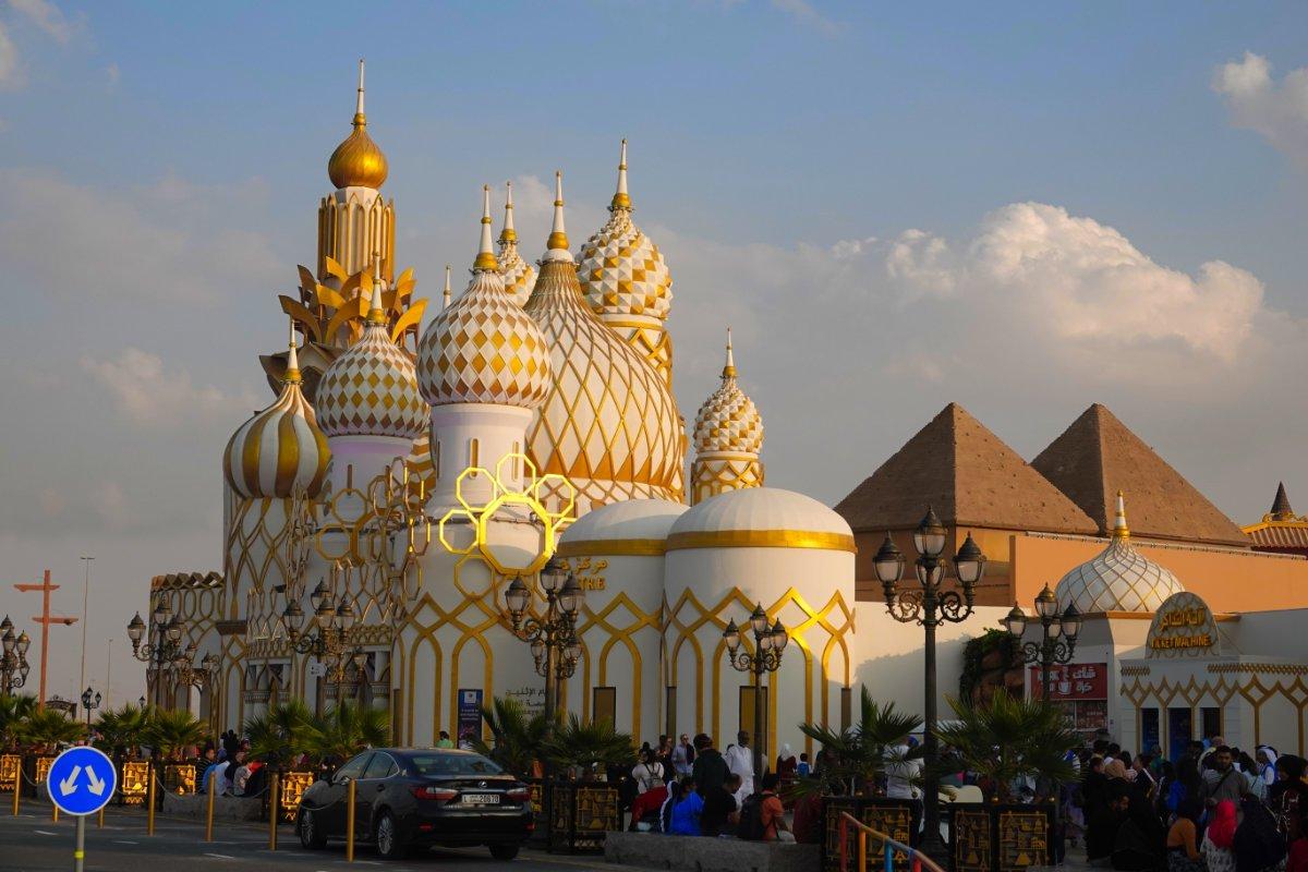 """Russische Basilika als Haupteingang zur """"Global Village"""""""
