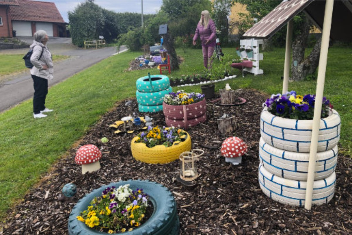 Garten-Deko in Konken - Im Hintergrund die Künstlerin