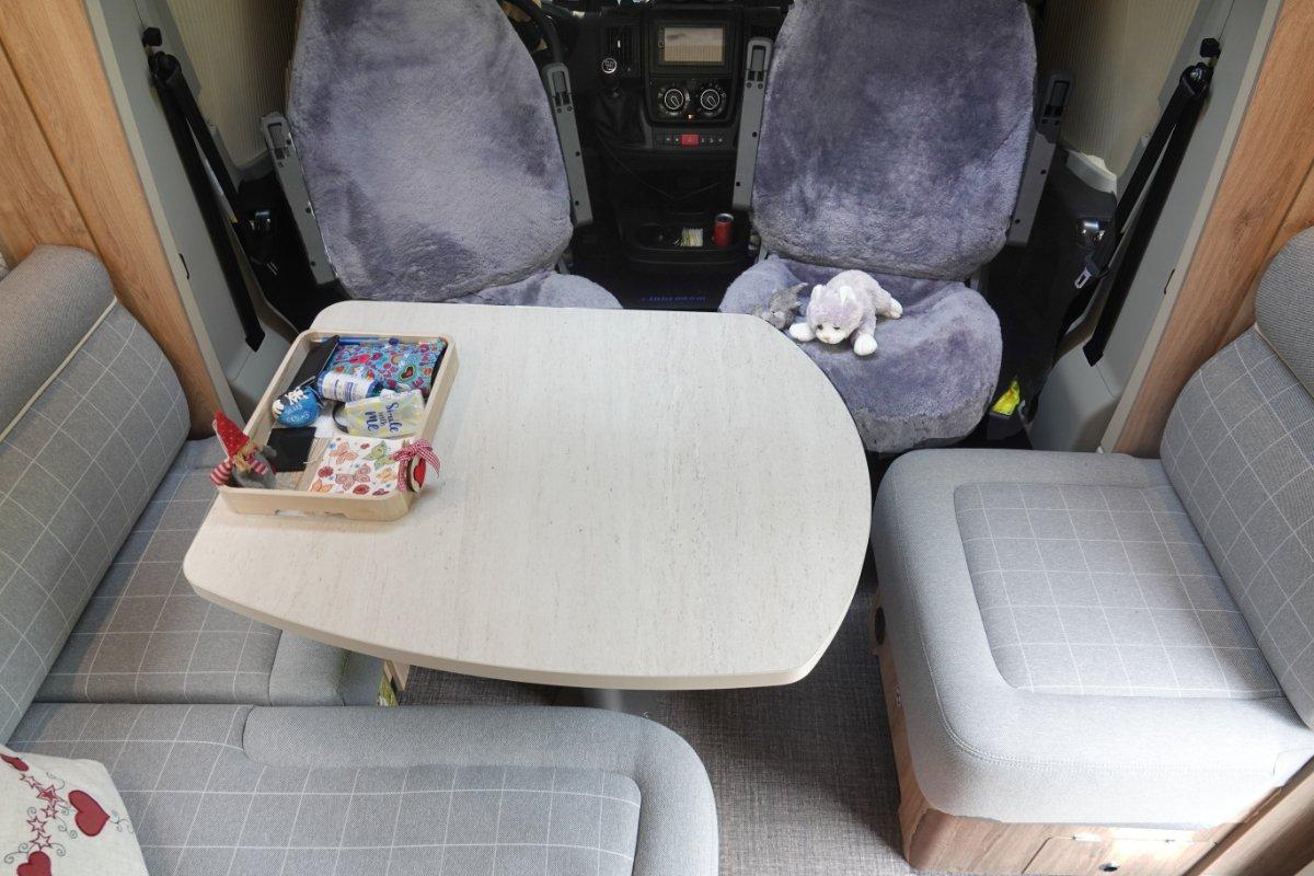 Sitzgruppe mit Schaffell-Sitzbezügen für die Pilotensitze