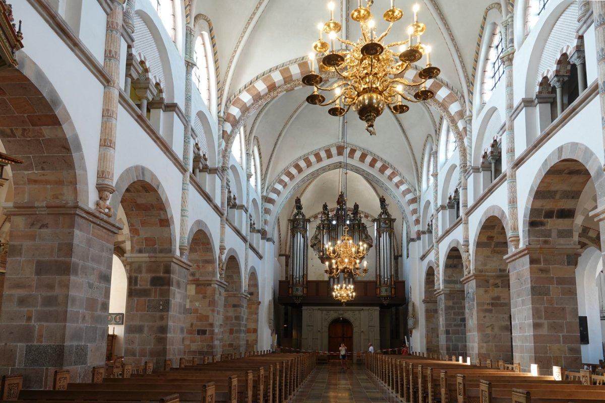 Das Innere der Domkirche mit der Orgel