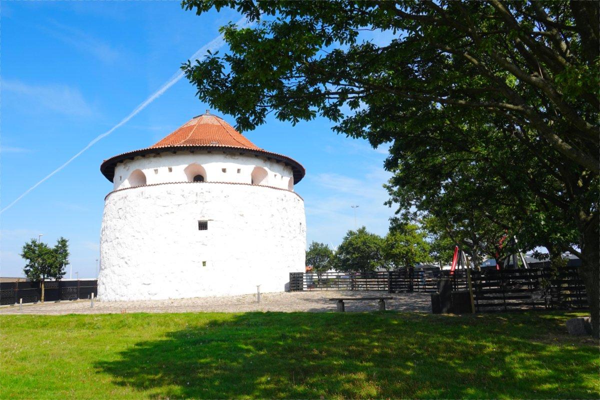 Historischer Wehrturm am Hafen