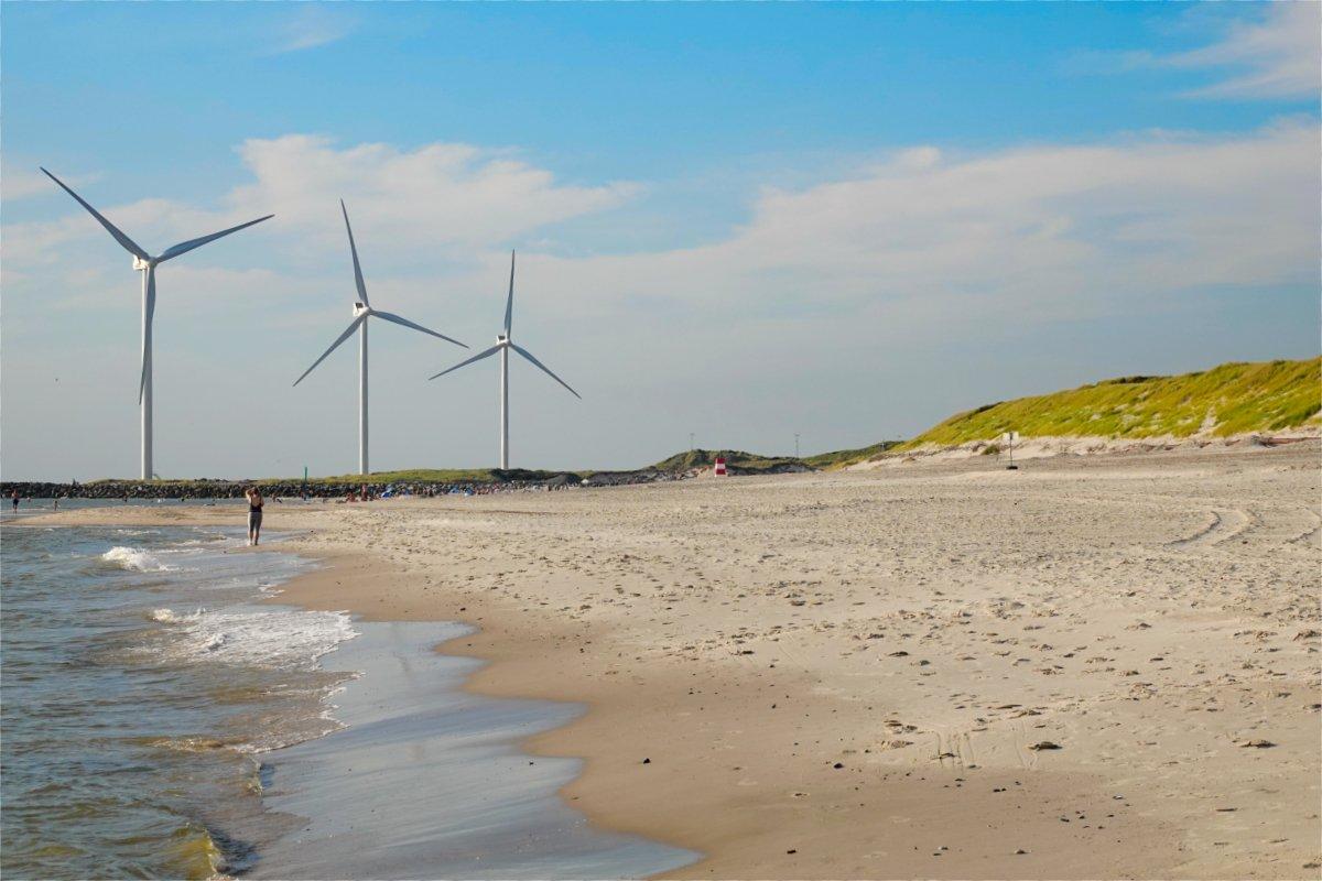 Riesige Windkraftanlagen am Strand von Hvide Sande
