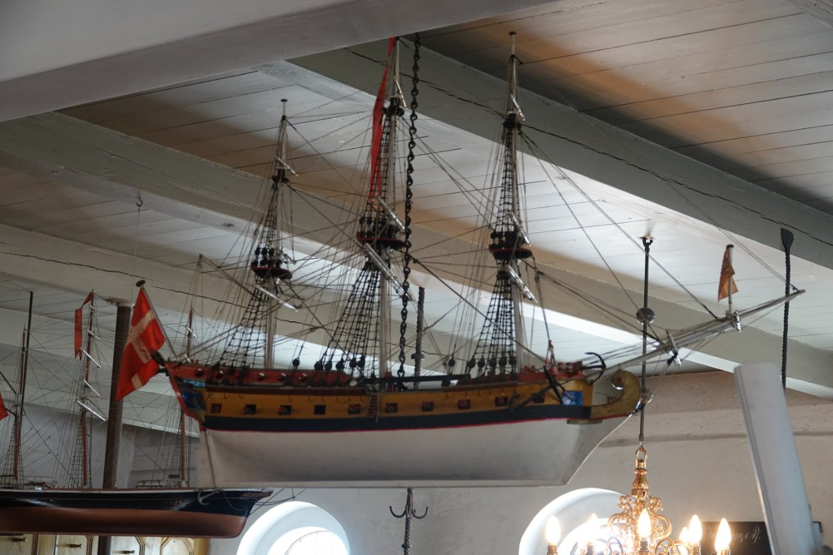 Eines von mehreren Schiffsmodellen in der Kirche