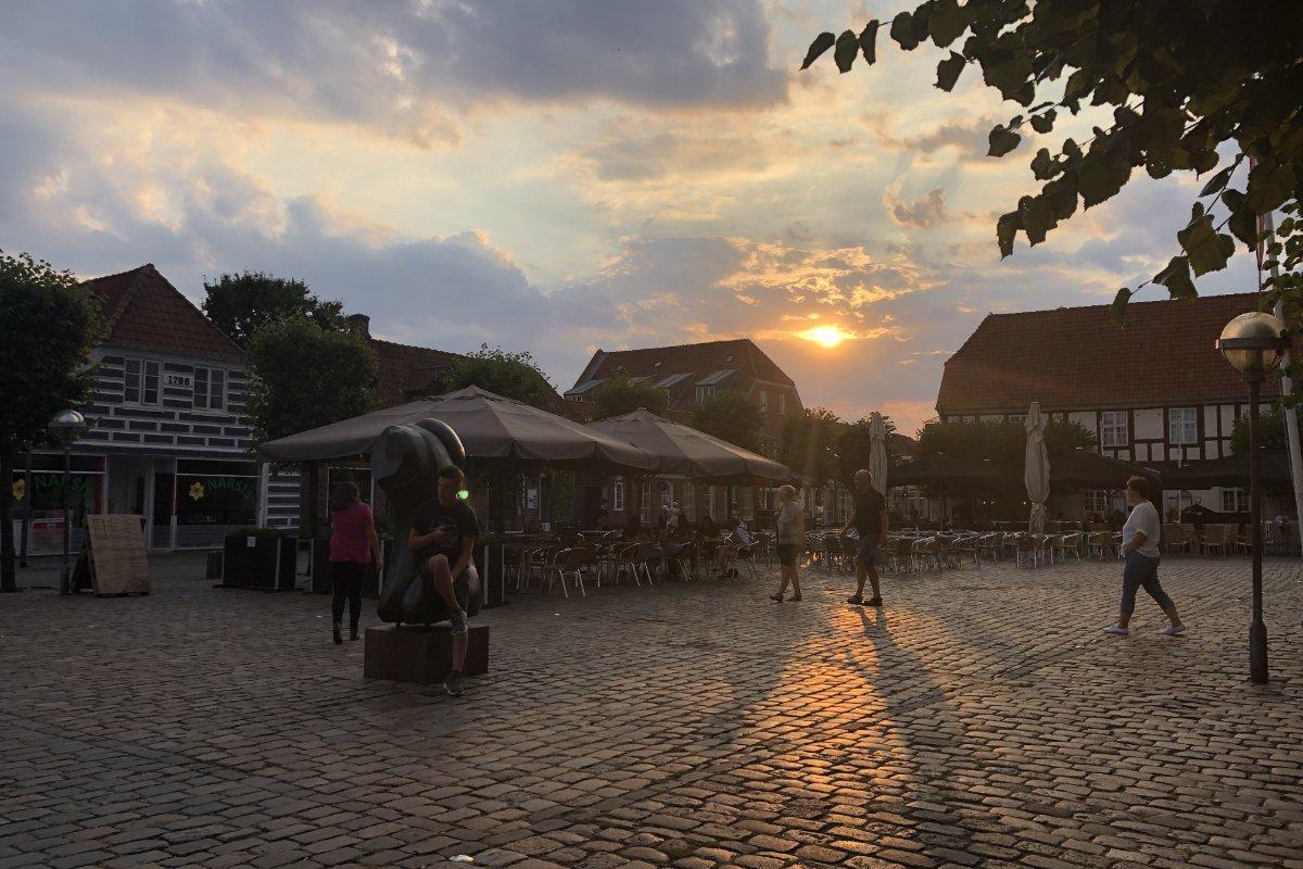Ende der Wanderung am Marktplatz im Sonnenuntergang