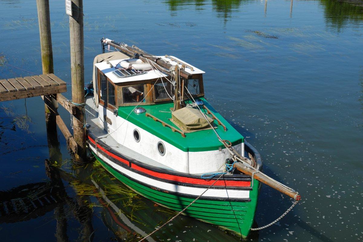 Tradtionelles Segelboot im Flüsschen direkt im Stadtzentrum