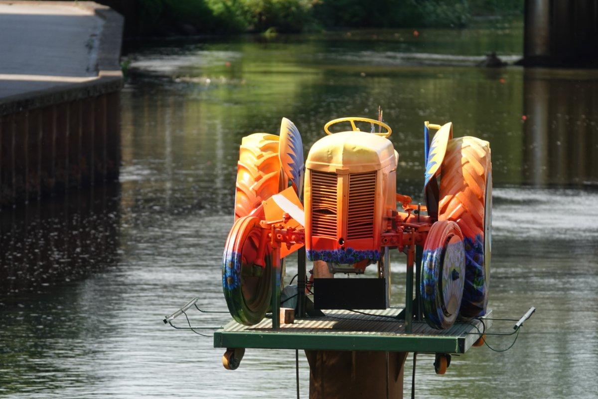 Trecker im Fluss als Kunstobjekt