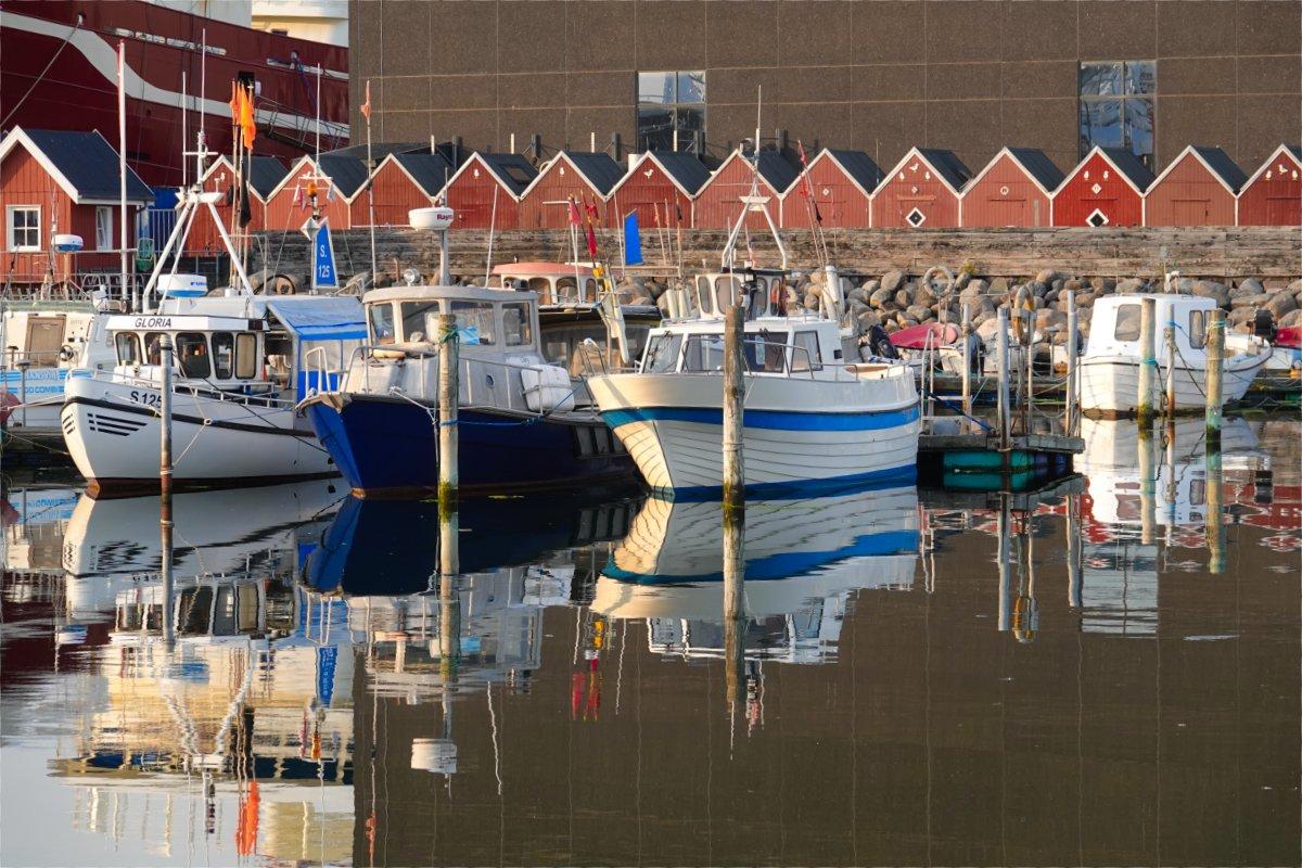 Boote spiegeln sich im Wasser