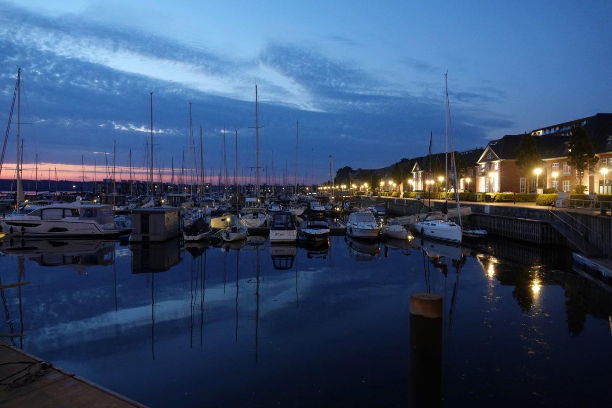 Flensburger Yachthafen am späten Abend