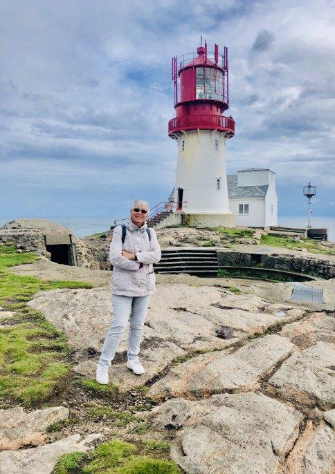 Anne vor dem Leuchtturm