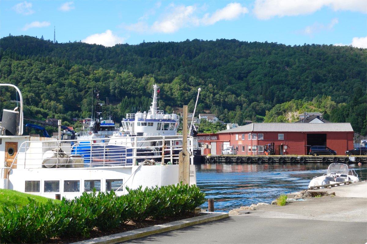 Ausflugsboot im Hafen