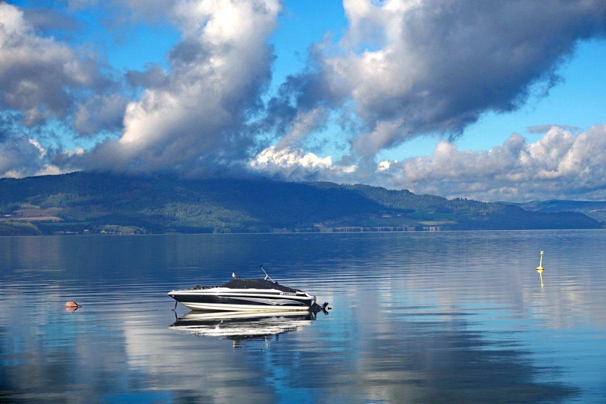 Boot im See vor dem Stellplatz