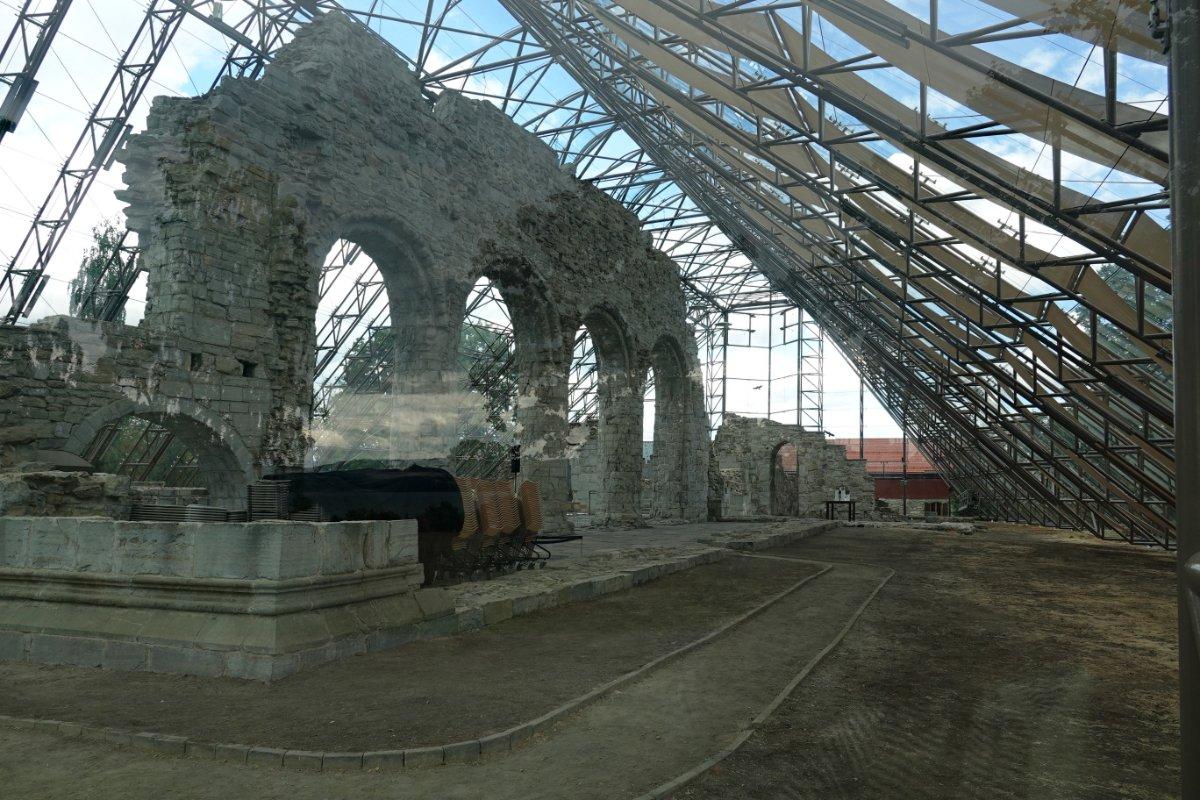 Die Ruine der Domkirche unter dem Glas