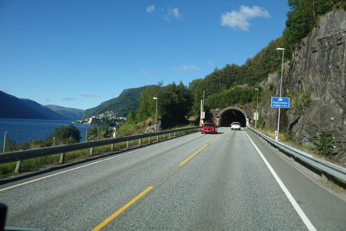 Einer der vielen Stgraßentunnel auf dem Weg nach Vossevangen