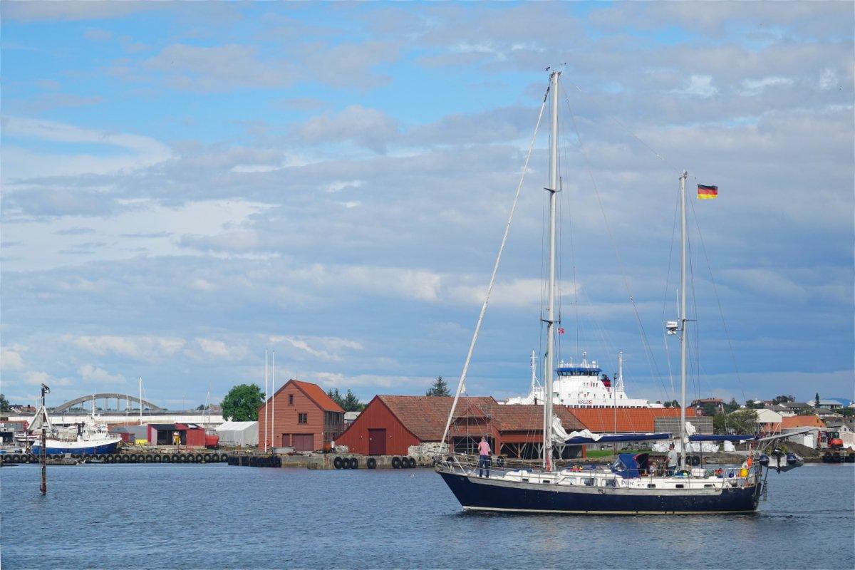 Segelboot beim Auslaufen