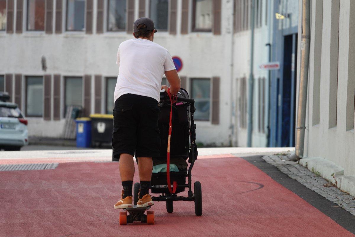 Kinderwagen schieben mit Skateboard