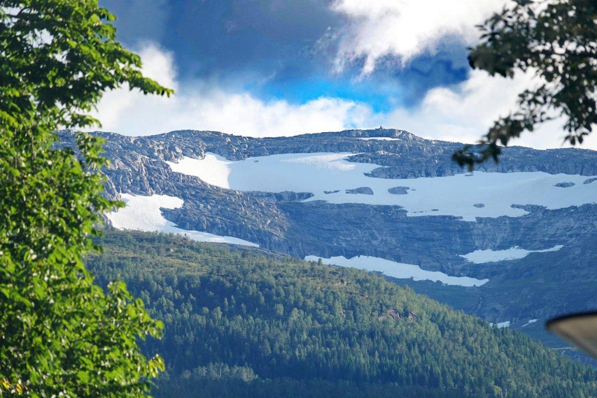 Schnee (vom vorigen Winter) auf den Bergkuppen