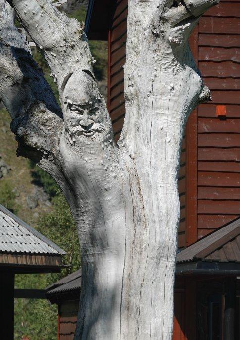 Schnitzerei am Baumstamm
