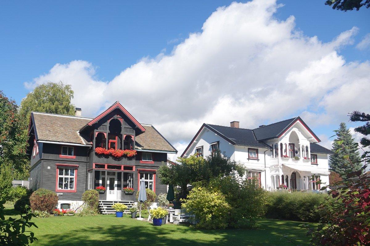 Schöne Holzhäuser in der Nähe des Stellplatzes