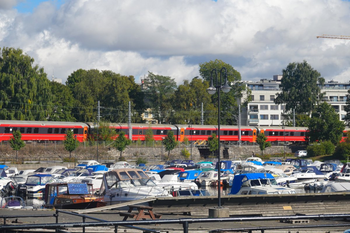Sportboothafen und Eisenbahn