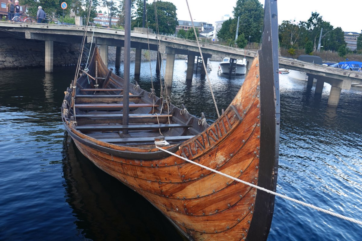 Wikingerboot im Hafen von Hamar
