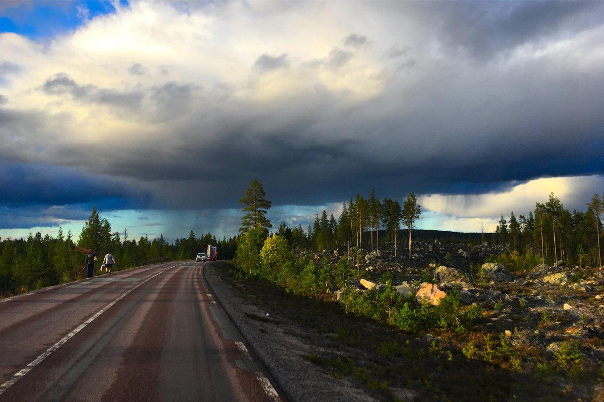 Blauer Himmel, dunkle Wolken, Regen und Sonnenschein