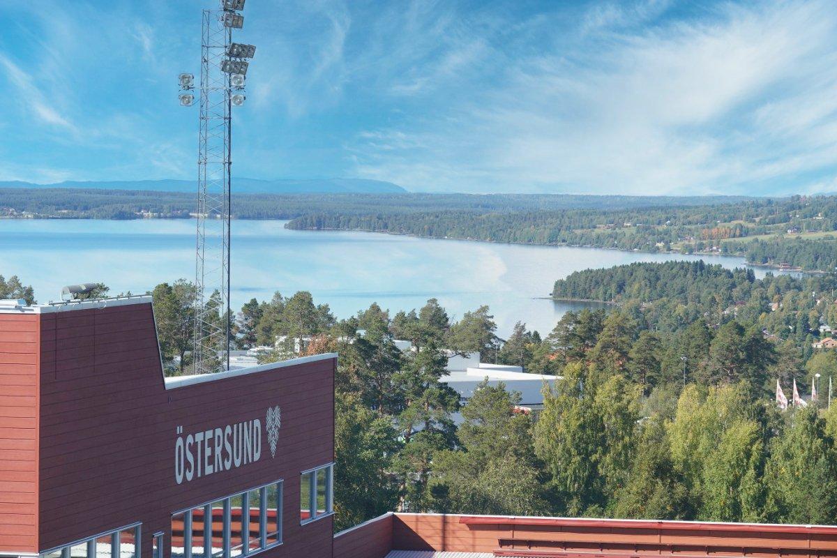 Blick vom Biathlon-Stadion auf den Storsjön
