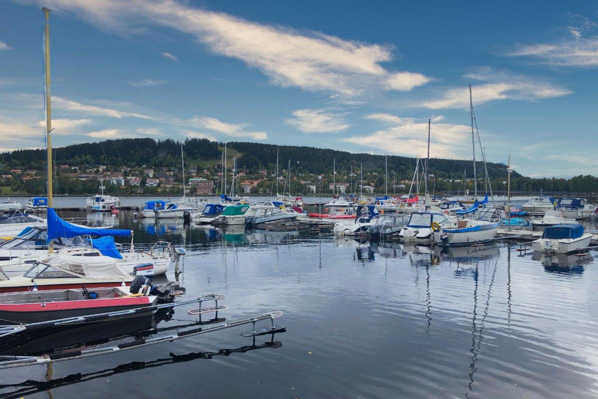 Bootshafen und Insel Fröson im Hintergrund
