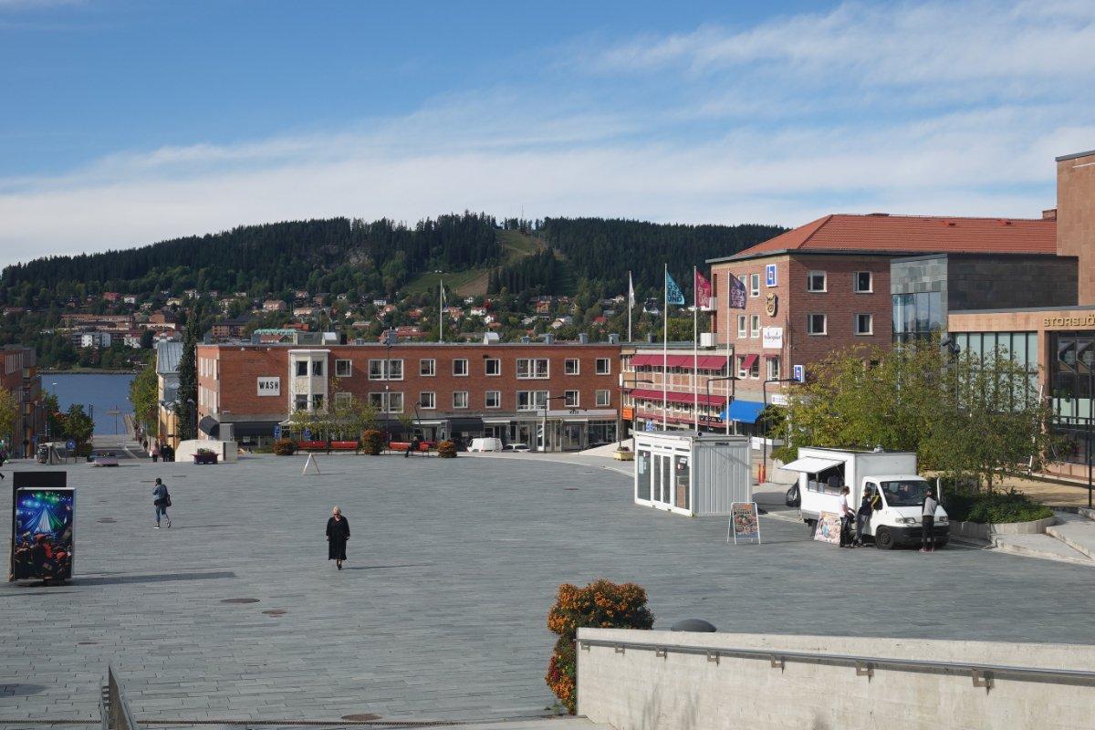 """Der """"Storplan"""", großer Platz im Zentrum. Im Hintergrund auf der Insel ist eine Skipiste zu sehen"""