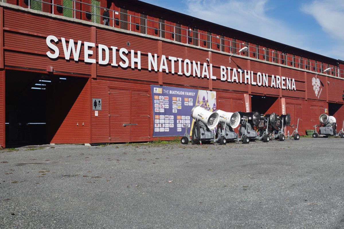 Die Rückseite des Biathlon-Stadions mit Schneekanonen davor