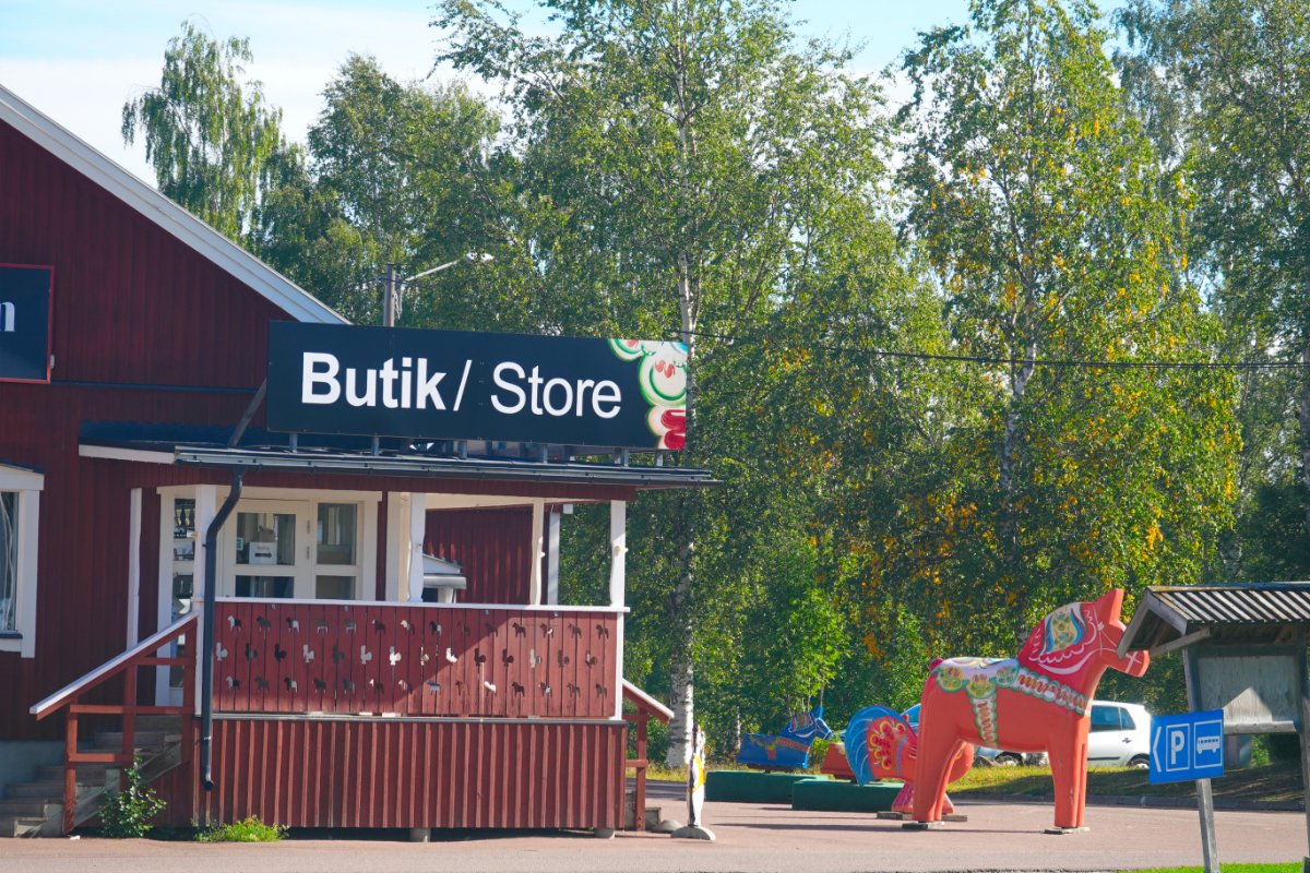 Großes Dala-Pferd vor dem Geschäft von Nils Olsson in Nusnäs