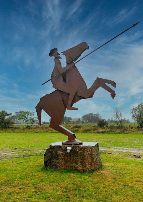 Don Quichotte-Skulptur vor der Mühle