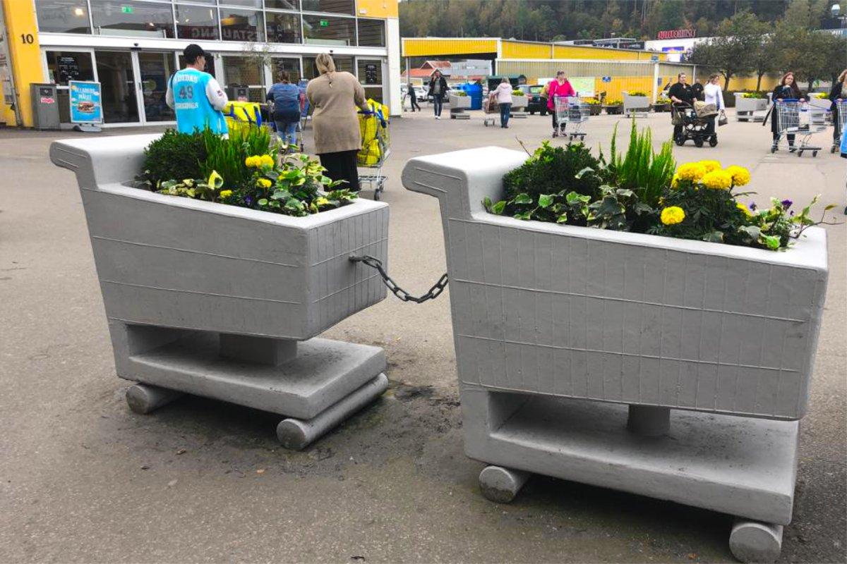 Betoneinkaufswagen als Blumenkübel