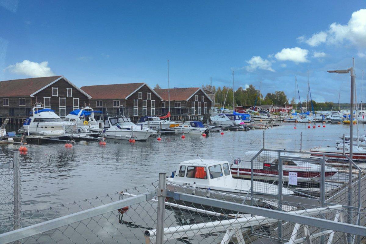 """""""Gamla Båthus"""" Alte Bootshäuser und Sportboothafen"""