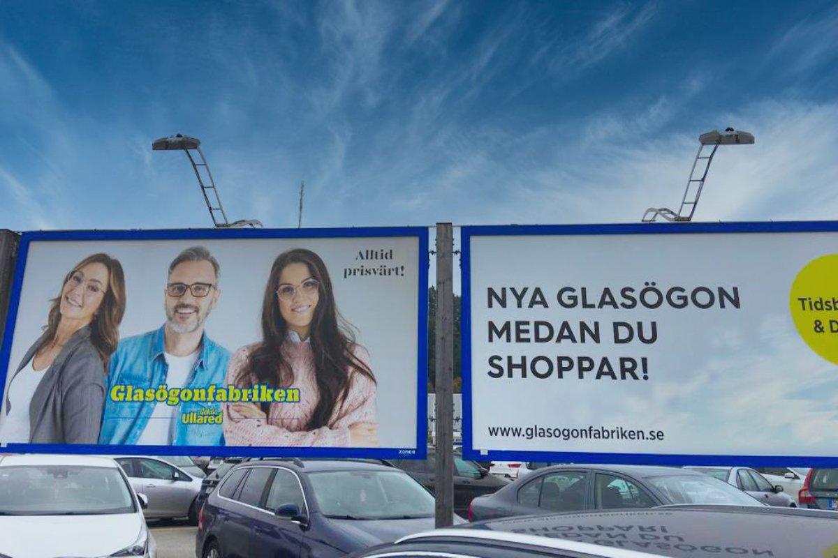 Neue Brille während des Einkaufs