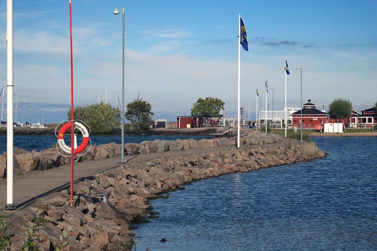 Rechts die Lagune, hinten Restaurants im Fährhafen
