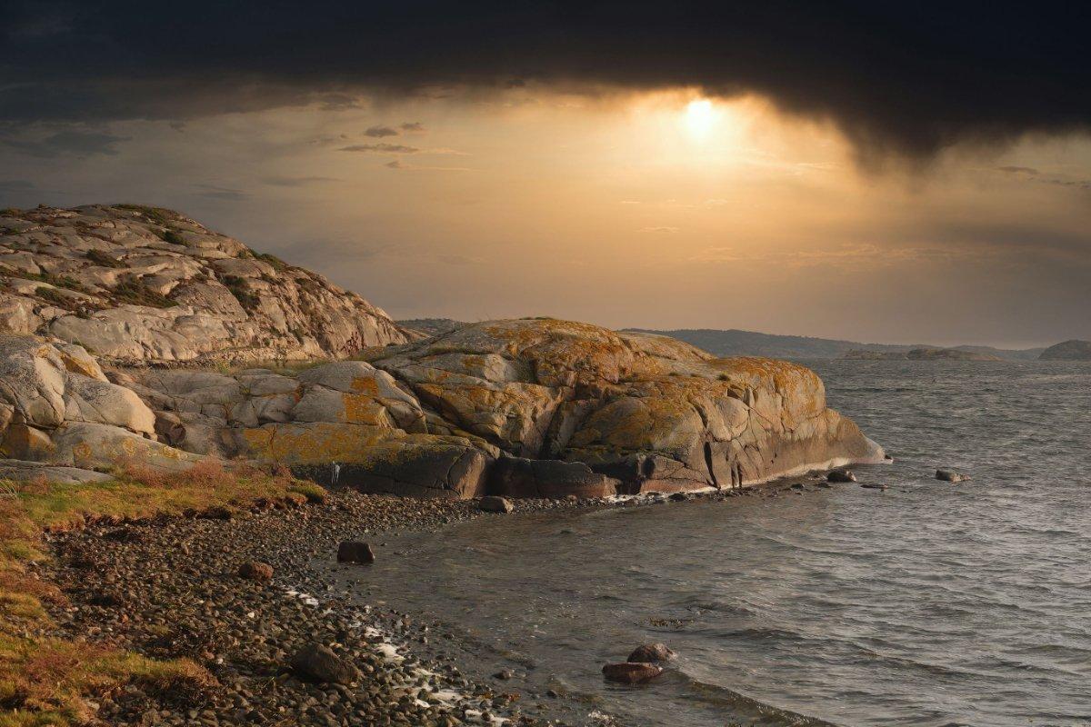 Dramatischer Sonnenuntergang an der Schärenküste