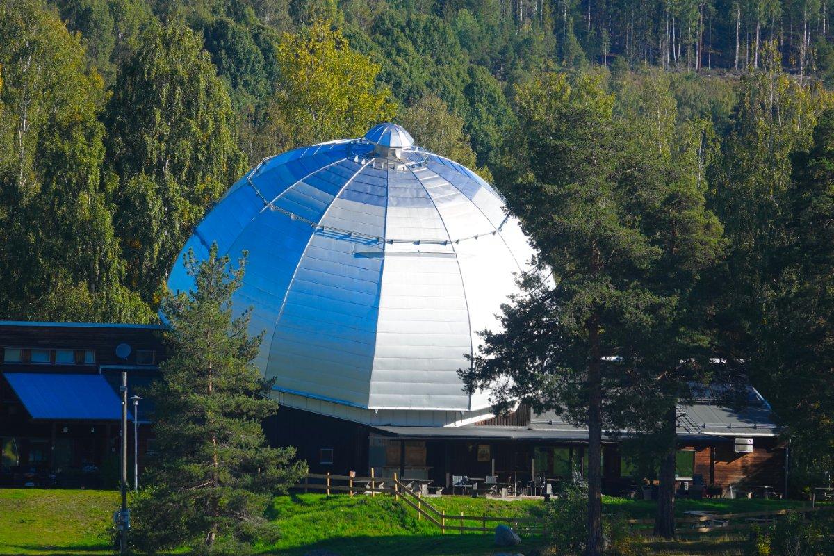 Utopisches Empfangsgebäude auf dem Sellefteå Campingplaty