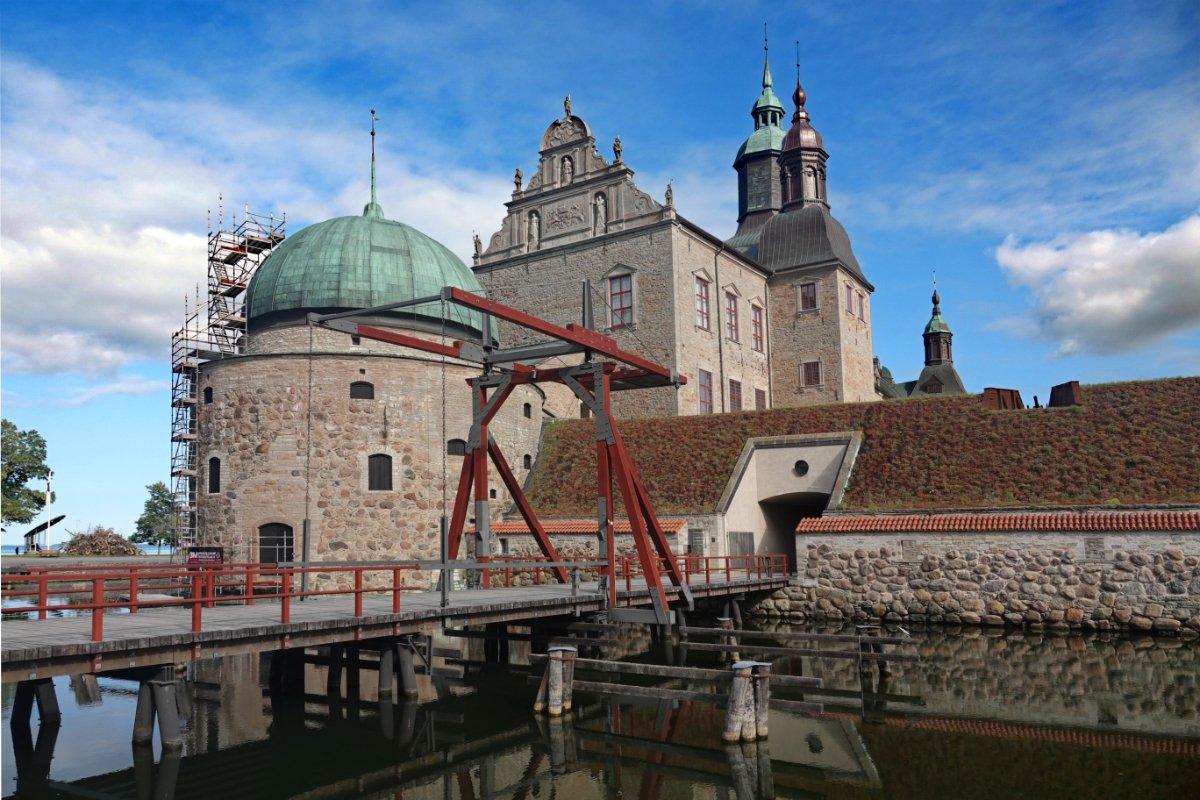 Wassergraben und Zugbrücke der Burg