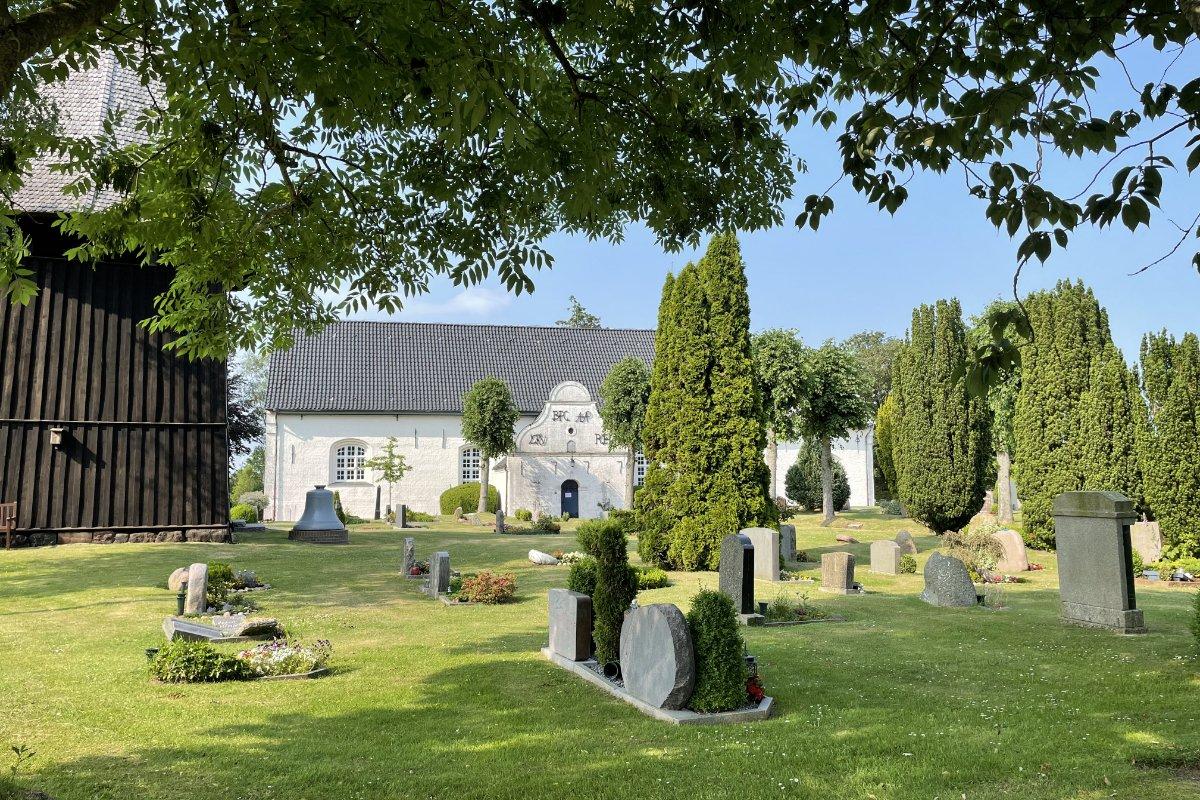 Süderlügum Friedhof mit hölzernem Glockenturm