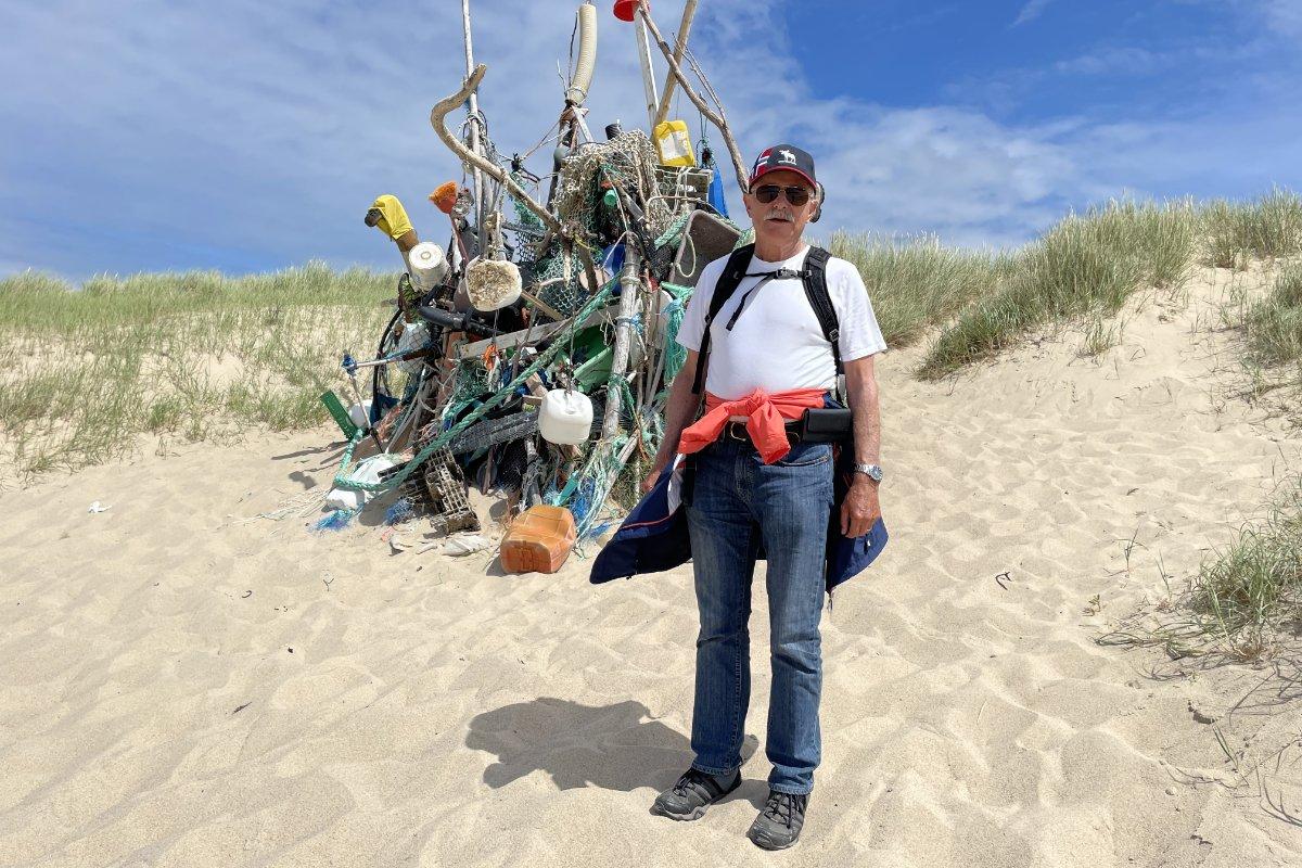 Frederick vor einer Strandgut-Skulptur bei Westerland
